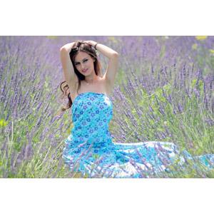 フリー写真, 人物, 女性, 外国人女性, 女性(00195), ルーマニア人, ワンピース, 人と花, 植物, 花, ラベンダー, 紫色の花, 花畑, 頭に手を当てる