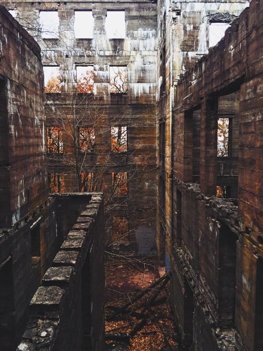 フリー写真 廃墟となったオーバールック・マウンテン・ハウスの風景