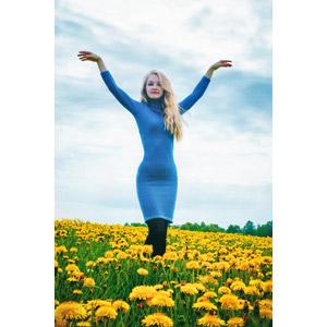 フリー写真, 人物, 女性, 外国人女性, ロシア人, 人と花, 植物, 花, 蒲公英(タンポポ), 黄色の花, 花畑, 手を広げる, ワンピース