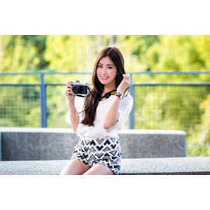 フリー写真, 人物, 女性, アジア人女性, 楚珊(00053), 中国人, 座る(ベンチ), カメラ, ミラーレス一眼カメラ