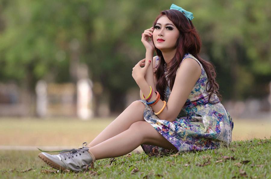 フリー写真 芝生の上に座っている女性