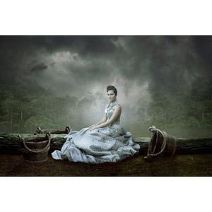 フリー写真, フォトレタッチ, 人物, 女性, アジア人女性, インドネシア人, ドレス, 座る(木), 人と風景, 森林, 雲