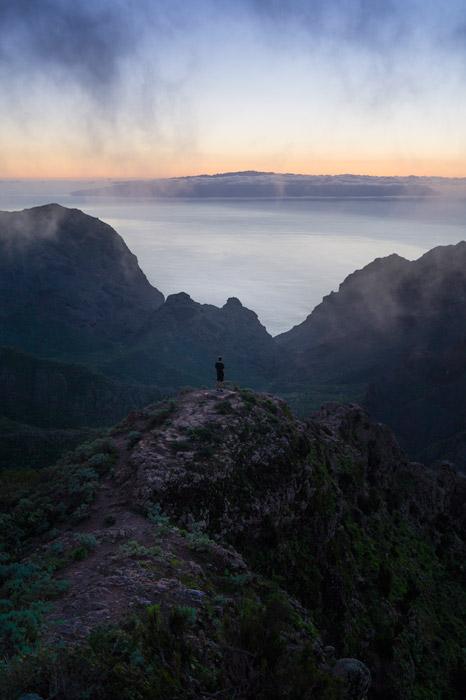 フリー写真 山の頂に立つ人物