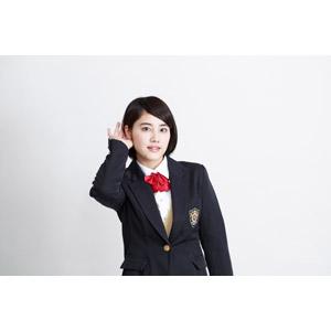 フリー写真, 人物, 少女, アジアの少女, 少女(00212), 日本人, 学生(生徒), 学生服, 高校生, ブレザー制服, ショートヘア, 白背景, 耳を澄ます