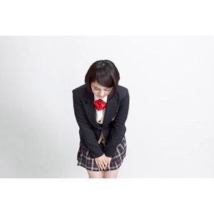 フリー写真, 人物, 少女, アジアの少女, 少女(00212), 日本人, 学生(生徒), 学生服, 高校生, ブレザー制服, ショートヘア, 白背景, お辞儀, 挨拶, 頭を下げる, 謝罪, 謝る(ゴメン)