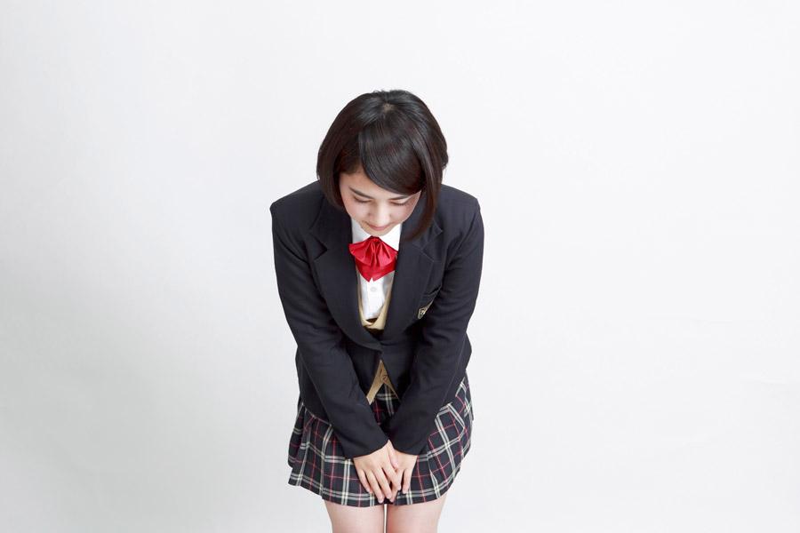 フリー写真 頭を下げる女子高生