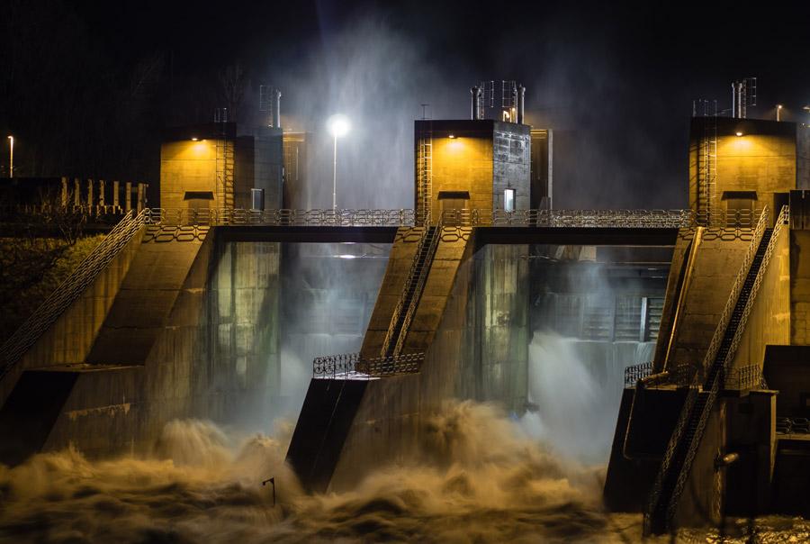 フリー写真 夜の水門の風景