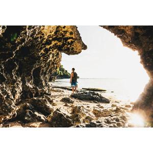 フリー写真, 人物, 男性, 外国人男性, バックパック, 人と風景, ビーチ(砂浜), 海, 岩, 太陽光(日光)