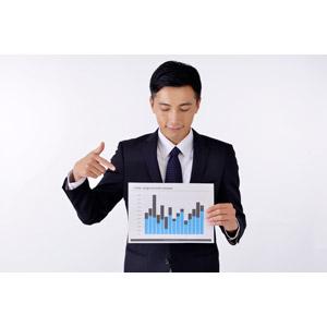 フリー写真, 人物, 男性, アジア人男性, 日本人, 男性(00016), 職業, 仕事, ビジネス, ビジネスマン, サラリーマン, メンズスーツ, 白背景, 指差す, 棒グラフ, データ, 説明する, プレゼンテーション, グラフ