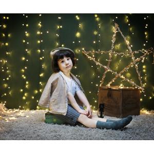 フリー写真, 人物, 子供, 座る(床), ガーランドライト