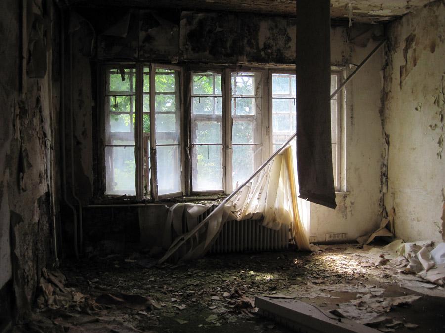 フリー写真 廃墟となった部屋の風景