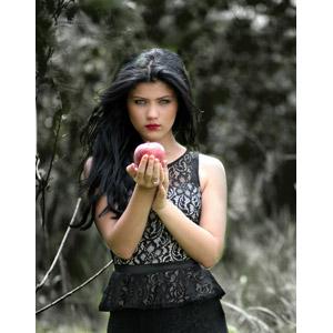 フリー写真, 人物, 女性, 外国人女性, ルーマニア人, リンゴ, 魔女, 白雪姫, 女性(00241)