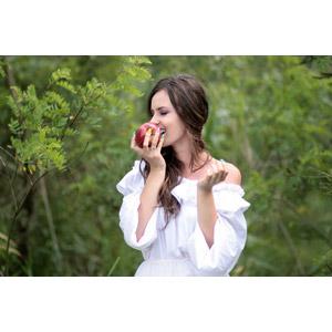 フリー写真, 人物, 女性, 外国人女性, ルーマニア人, 白雪姫, 女性(00195), リンゴ, 食べる