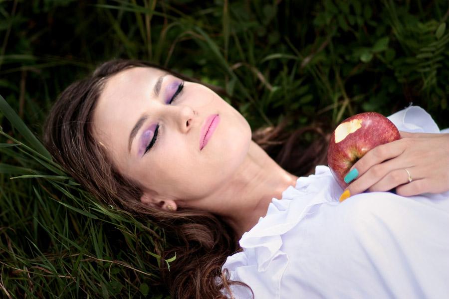 フリー写真 毒リンゴを食べて死の眠りにつく白雪姫