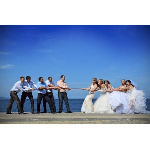 フリー写真, 人物, 集団(グループ), 花婿(新郎), 花嫁(新婦), 結婚式(ブライダル), ウェディングドレス, 綱引き, スポーツ, 青空