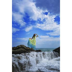 フリー写真, 人物, 女性, 外国人女性, 人と風景, 海岸, 海, ワンピース, 手をかざす, 眺める