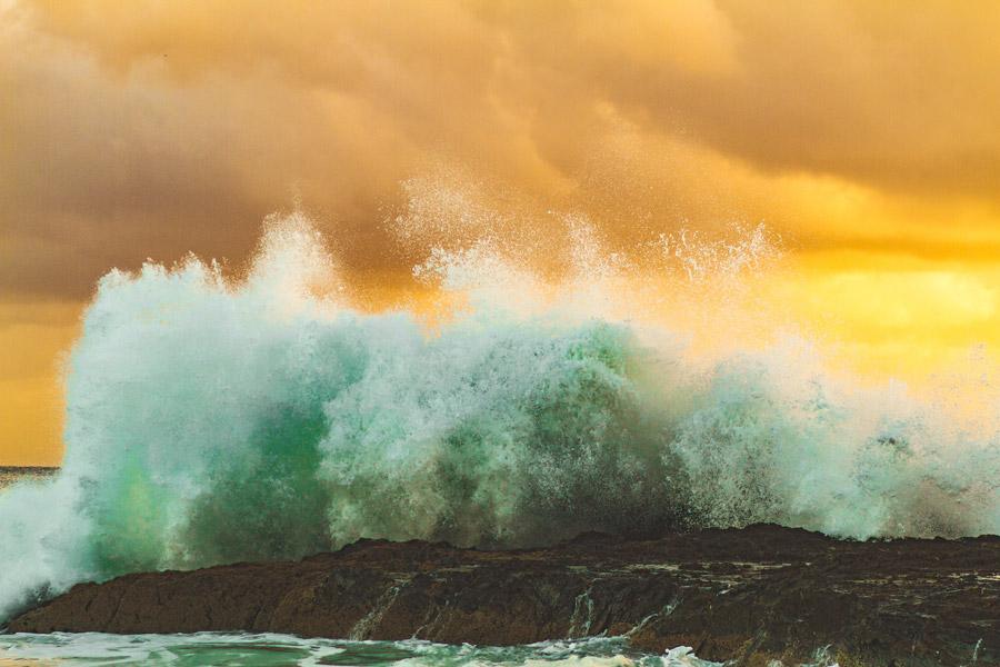 フリー写真 夕暮れの海岸に上がる波しぶき