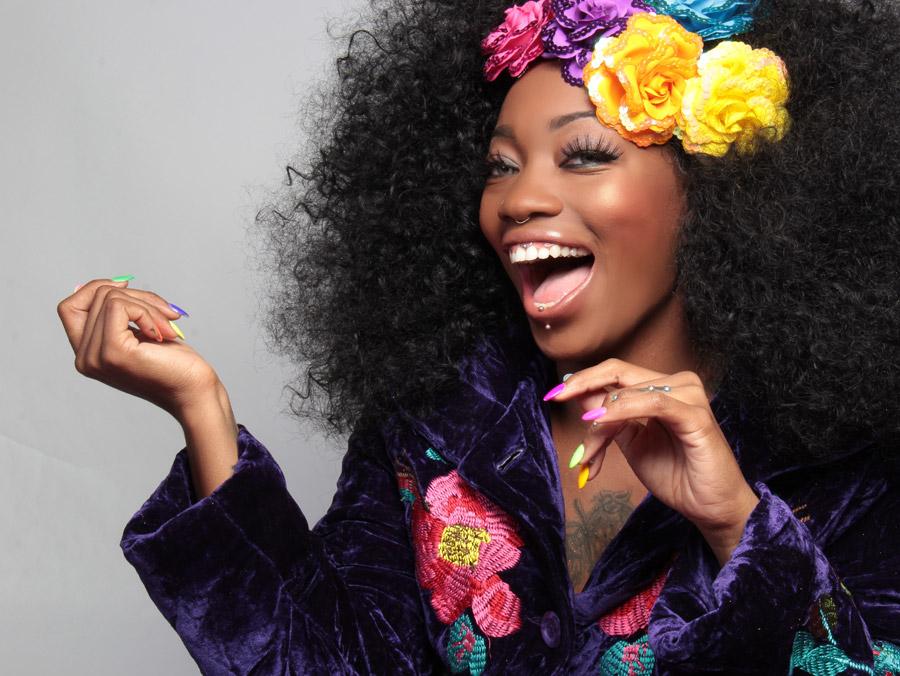 フリー写真 笑顔のアフロヘアー姿の黒人女性