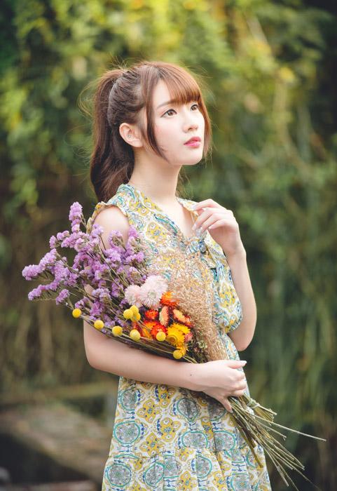 フリー写真 花束を抱えて見上げている女性のポートレイト