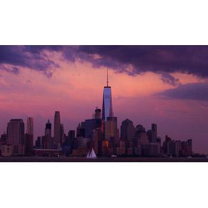 フリー写真, 風景, 建造物, 建築物, 高層ビル, 都市, 街並み(町並み), ワン・ワールドトレードセンター, アメリカの風景, ニューヨーク, 夕暮れ(夕方), 夕焼け, ヨット