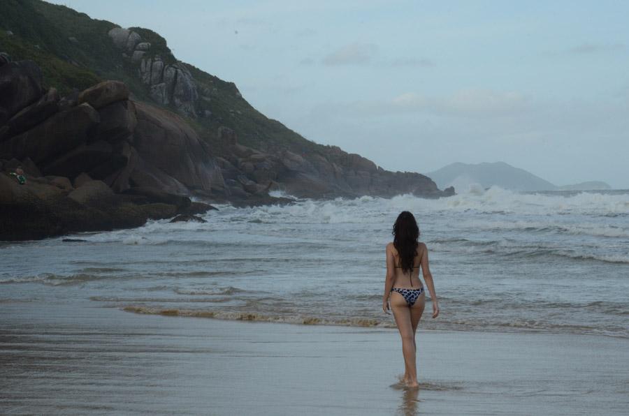 フリー写真 浜辺に立つ水着姿の女性の後ろ姿