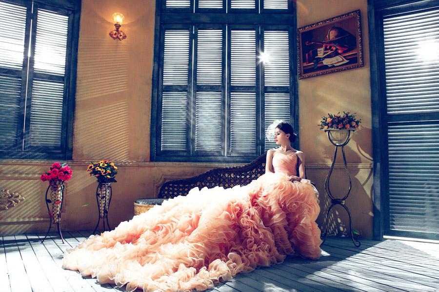 フリー写真 ウェディングドレス姿でベンチに座る花嫁