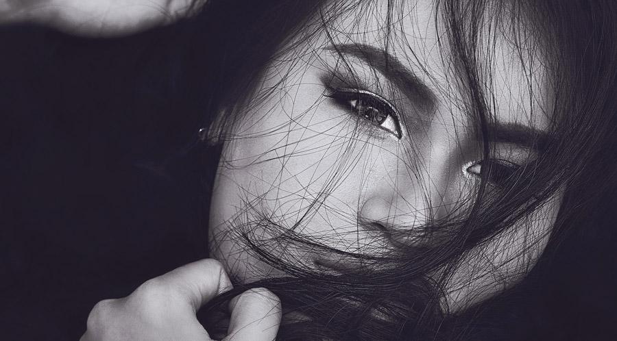 フリー写真 髪がかかる女性の顔のアップ