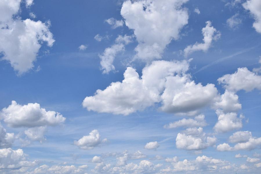 フリー写真 雲が浮かぶ青空の風景