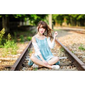 フリー写真, 人物, 女性, アジア人女性, 欣欣(00001), 中国人, 座る(地面), あぐらをかく, 髪の毛を触る, 線路(鉄道)