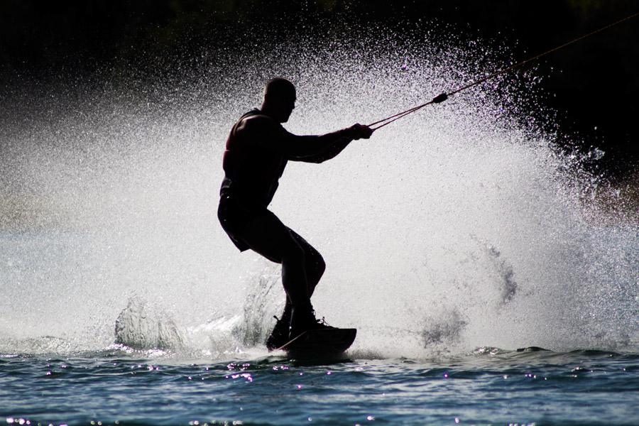 フリー写真 水上スキーを楽しむ男性と水しぶき