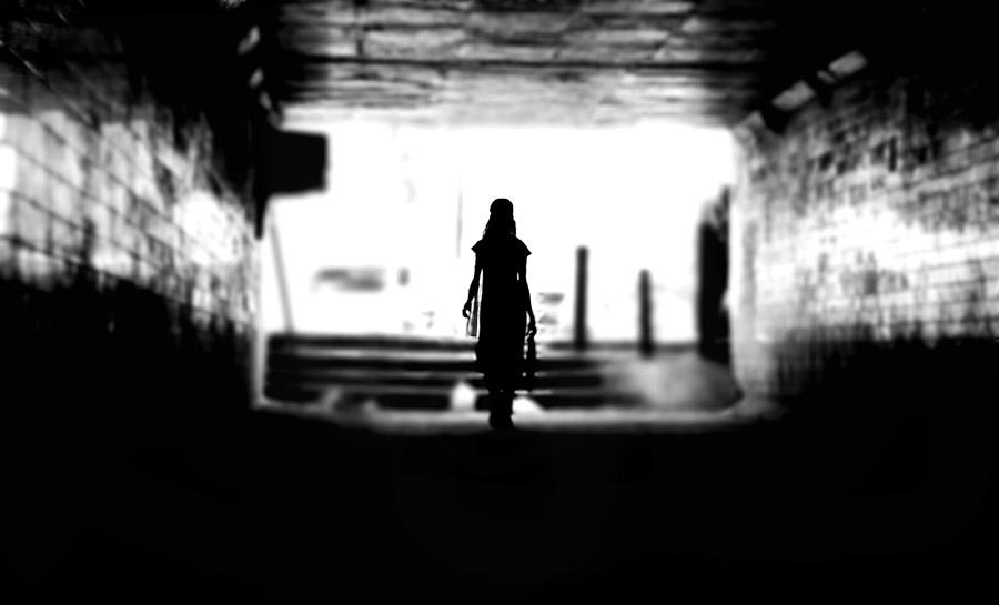フリー写真 高架下を歩く女性の後ろ姿