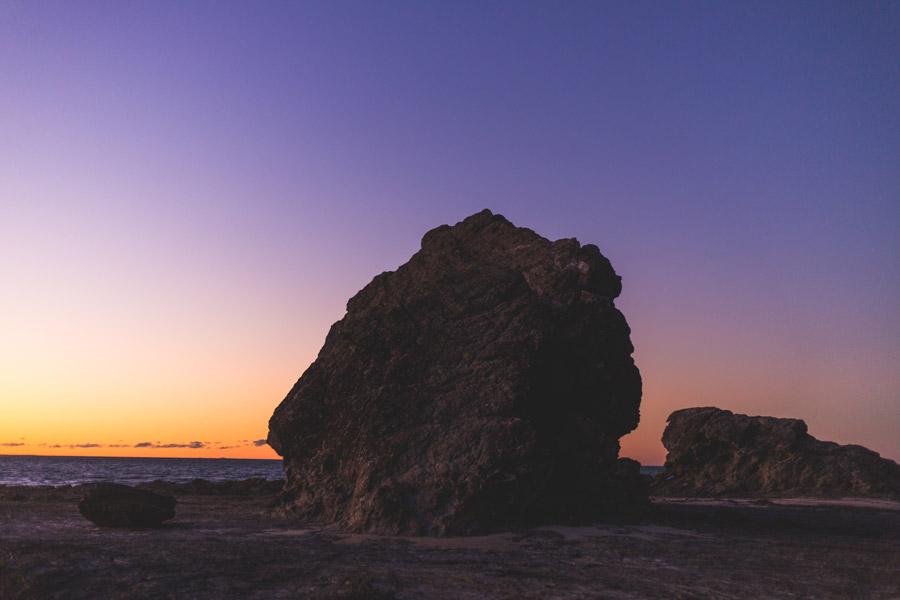 フリー写真 夕暮れの海岸の大きな岩の風景