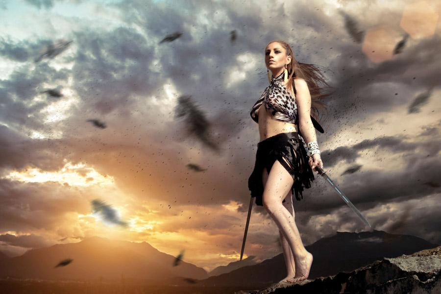 フリー写真 両手に剣を持った外国人女性の羽根