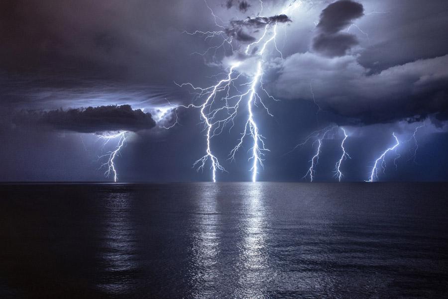 フリー写真 海に落ちる雷の風景