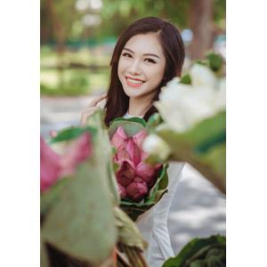 フリー写真, 人物, 女性, アジア人女性, 女性(00246), ベトナム人, 人と花, 蓮(ハス)