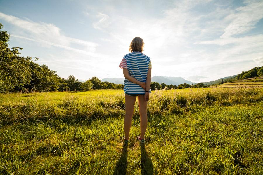 フリー写真 畑の前に立っている女性の後ろ姿