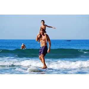 フリー写真, 人物, 親子, 父親(お父さん), 子供, 息子, 肩車, スポーツ, ウォータースポーツ, サーフィン, サーファー, 海