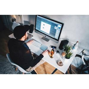 フリー写真, 人物, 男性, 外国人男性, 家電機器, パソコン(PC), ディスプレイ(モニタ), デスクワーク, キャップ帽, アップル(Apple), 座る(椅子)
