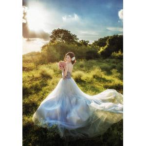 フリー写真, 人物, 女性, アジア人女性, ベトナム人, 人と花, ブーケ, 花嫁(新婦), 結婚式(ブライダル), ウェディングドレス, 人と風景, 草むら, 太陽光(日光)