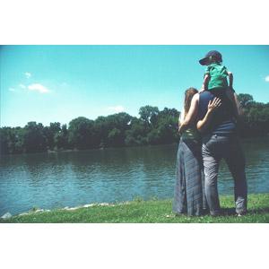 フリー写真, 人物, 家族, 親子, 父親(お父さん), 母親(お母さん), 子供, 三人, 肩車, 寄り添う, 人と風景, 河川