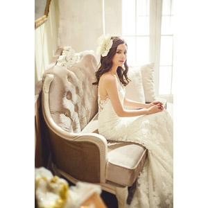 フリー写真, 人物, 女性, アジア人女性, 中国人, 結婚式(ブライダル), ウェディングドレス, 花嫁(新婦), 座る(ソファー)