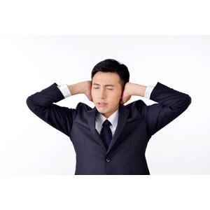 フリー写真, 人物, 男性, アジア人男性, 日本人, 男性(00016), 職業, 仕事, ビジネス, ビジネスマン, サラリーマン, メンズスーツ, 白背景, 耳を塞ぐ, 目を閉じる