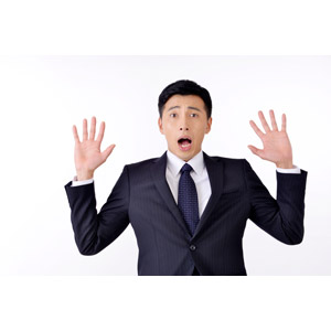フリー写真, 人物, 男性, アジア人男性, 日本人, 男性(00016), 職業, 仕事, ビジネス, ビジネスマン, サラリーマン, メンズスーツ, 白背景, 手のひらを広げる, 驚く