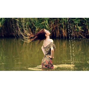 フリー写真, 人物, 女性, 外国人女性, 女性(00252), ルーマニア人, 人と風景, 水しぶき, 腰に手を当てる, 河川