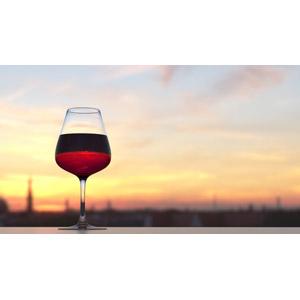 フリー写真, 飲み物(飲料), お酒, ワイン, ワイングラス, 赤ワイン, 夕暮れ(夕方), 夕焼け