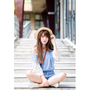 フリー写真, 人物, 女性, アジア人女性, 欣欣(00001), 中国人, 帽子, 麦わら帽子, 座る(階段), あぐらをかく