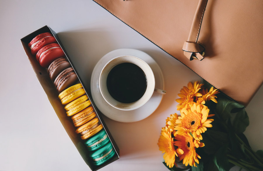 フリー写真 机の上のコーヒーとマカロンと花と鞄