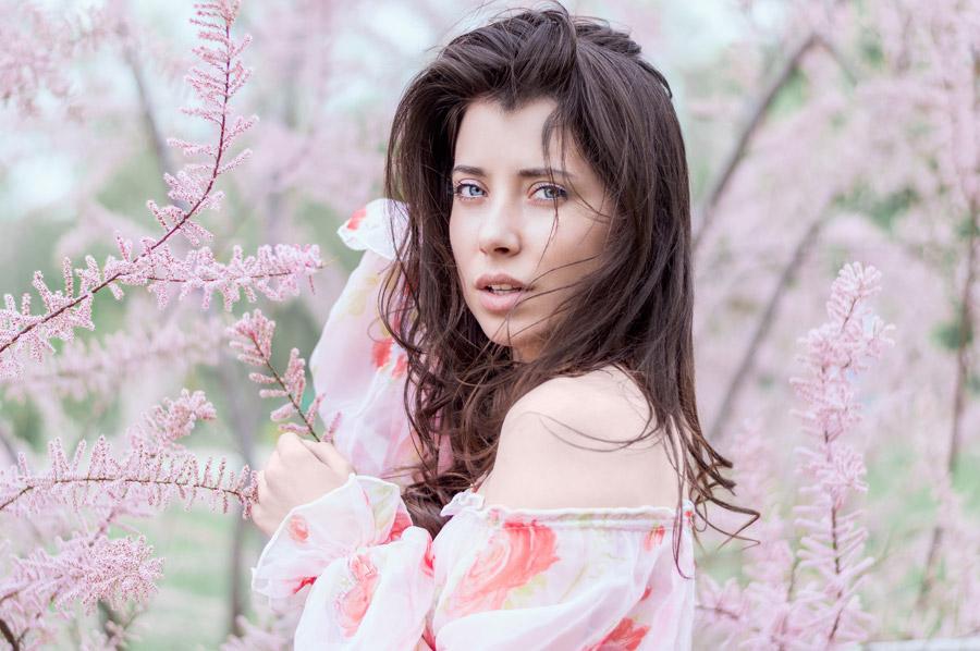 フリー写真 ピンク色の木花と外国人女性