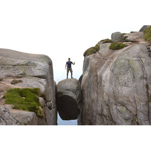 フリー写真, 人物, 男性, 外国人男性, 人と風景, サムズアップ, 岩山, 岩, シェラーグボルテン, ノルウェーの風景