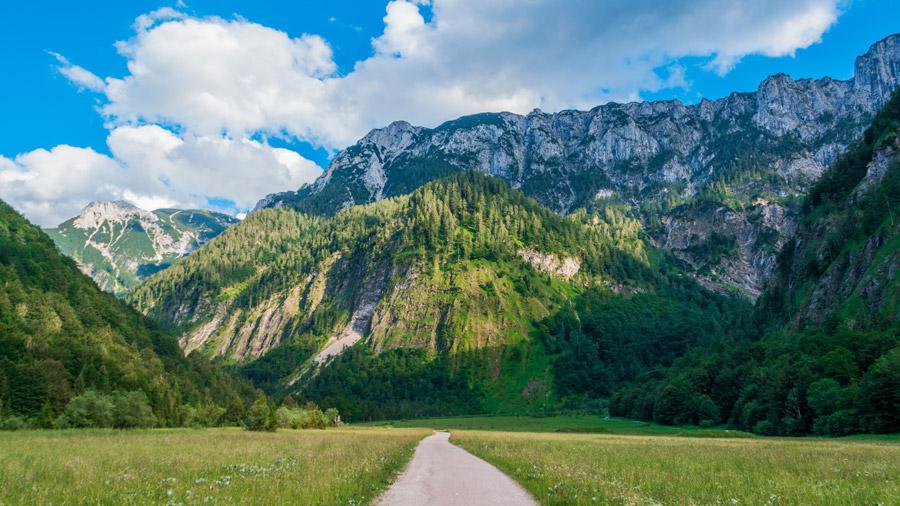 フリー写真 オーストリアの山脈と田舎道の風景